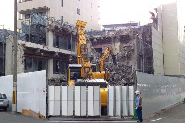 土地とともに取得した建物を取壊した時は損金?又は土地の取得価額?